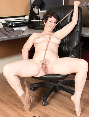 Nude Short Hair MILF Porn Pictures