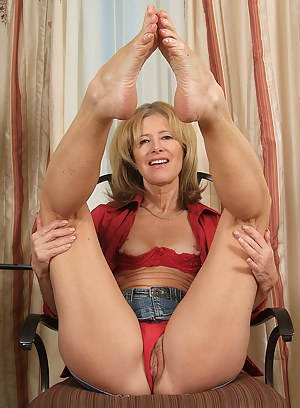 Nude MILF Foot Fetish Porn Pictures