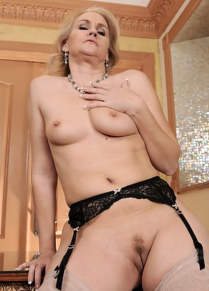 Nude Tight MILF Pussy Porn Pictures
