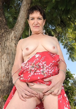 Nude Saggy Tits MILF Porn Pictures