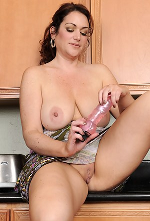 Nude MILF Housewife Porn Pictures