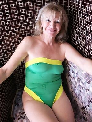 Nude MILF Sauna Porn Pictures