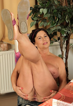 Nude MILF Spread Ass Porn Pictures