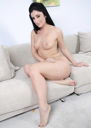 Nude Brunette MILF Porn Pictures