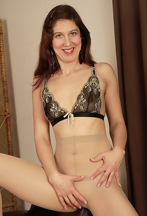 Nude MILF Solo Porn Pictures