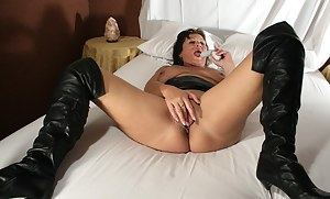 Nude MILF Bedroom Porn Pictures