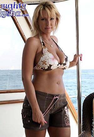 Nude Bikini MILF Porn Pictures