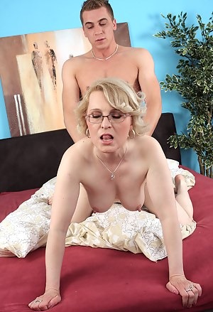Nude MILF Doggystyle Porn Pictures