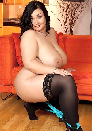 Nude Chubby MILF Porn Pictures